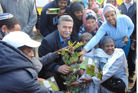 Amir Peretz with Ethiopian immigrants at plan