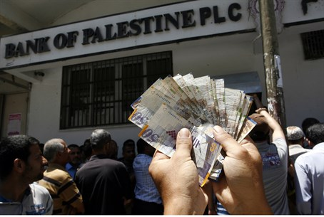 Money at Gaza's 'Bank of Palestine'