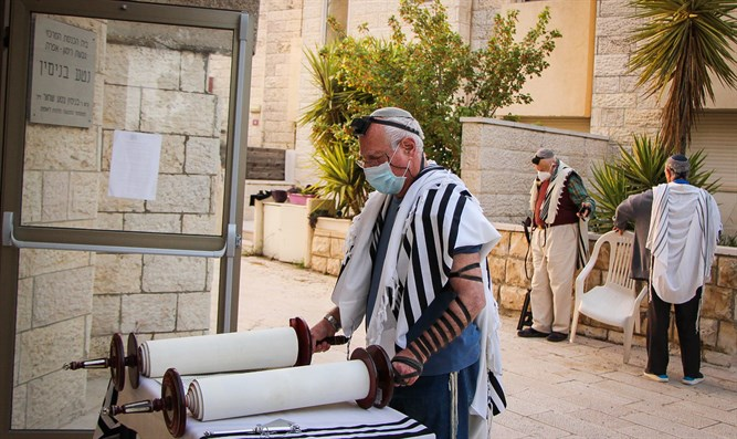 Prayer outside a synagogue in Efrat