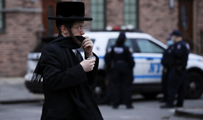 Brooklyn hassidim with NYPD in background
